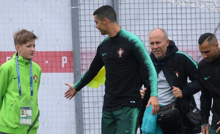 Tangisan Bocah Ini Berhenti Setelah Dapat Pelukan Cristiano Ronaldo