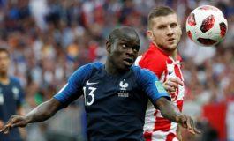 Aksi Kocak Kante Malu-malu Cium dan Pegang Trofi Piala Dunia