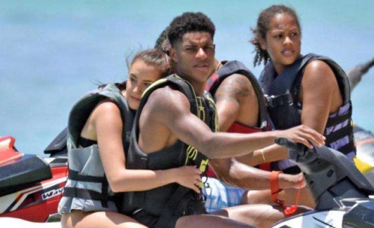 Bareng Kekasih Seksi, Bocah MU Pamer Kemesraan di Atas Jet Ski