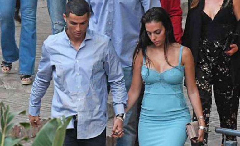 Gila, Ronaldo Tega Lempar Kekasih Seksi ke Laut