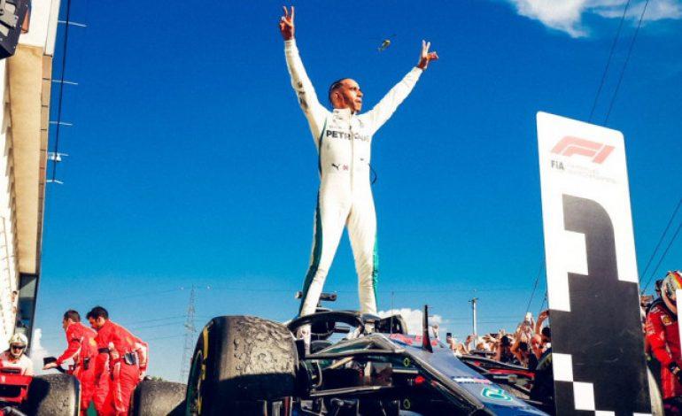 Lewis Hamilton Isi Waktu Masa Jeda Kompetisi sebagai Pemungut Sampah