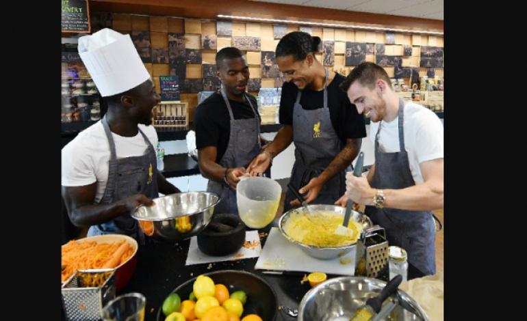 Kalah Saat Sesi Latihan, Beberapa Pemain Bintang Liverpool Menjelma Sebagai Koki