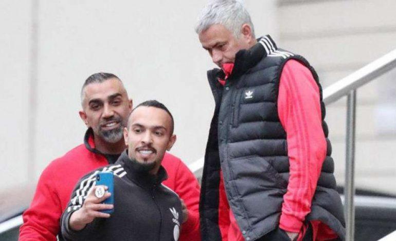 Diajak Foto Fans, Mourinho Pasang Wajah Bete